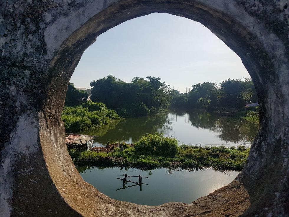 Choáng ngợp với tường thành 3 tầng bậc, 24 pháo đài kinh thành Huế xuất lộ - Ảnh 1.