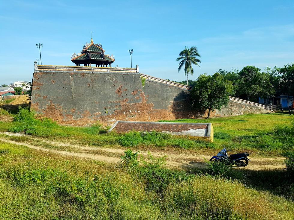 Choáng ngợp với tường thành 3 tầng bậc, 24 pháo đài kinh thành Huế xuất lộ - Ảnh 11.