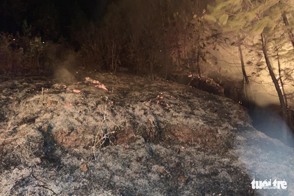 Cận cảnh xuyên đêm chiến đấu 'giặc lửa' cứu rừng - Ảnh 12.