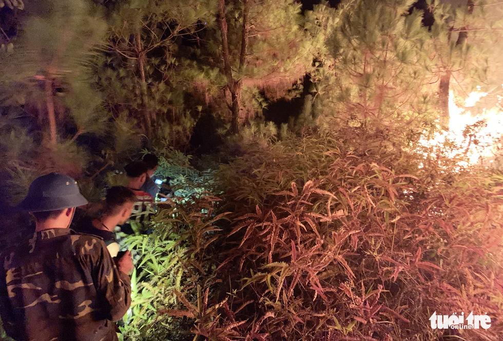 Cận cảnh xuyên đêm chiến đấu 'giặc lửa' cứu rừng - Ảnh 5.
