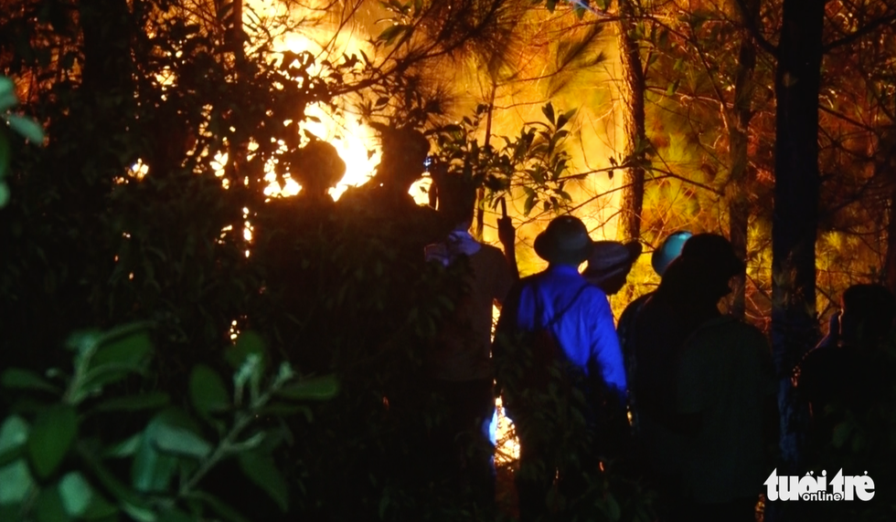 Cận cảnh xuyên đêm chiến đấu 'giặc lửa' cứu rừng - Ảnh 3.