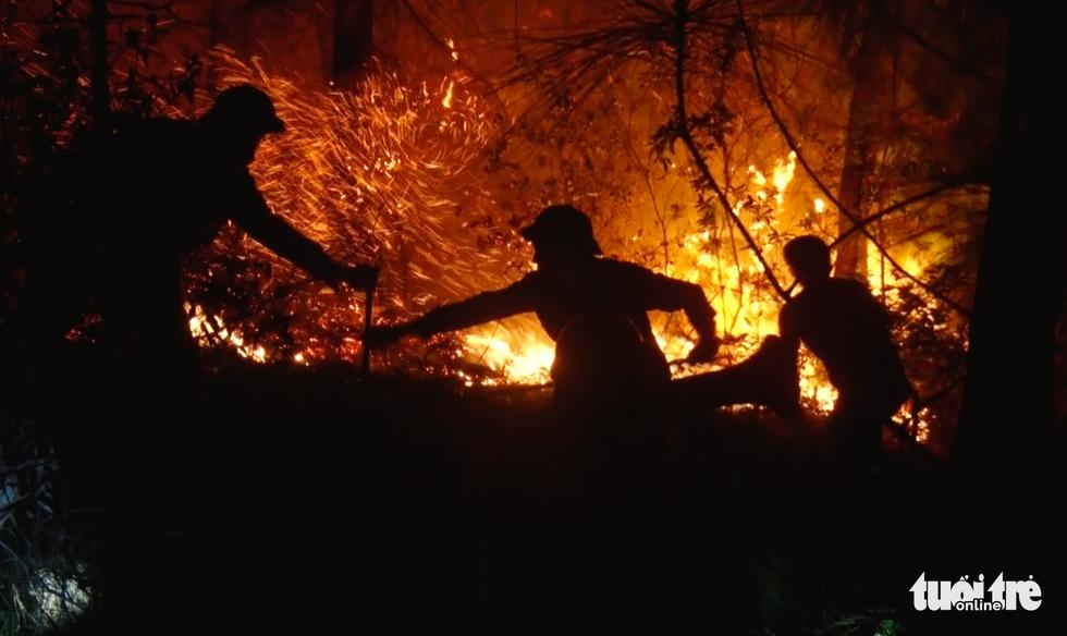 Cận cảnh xuyên đêm chiến đấu 'giặc lửa' cứu rừng - Ảnh 7.