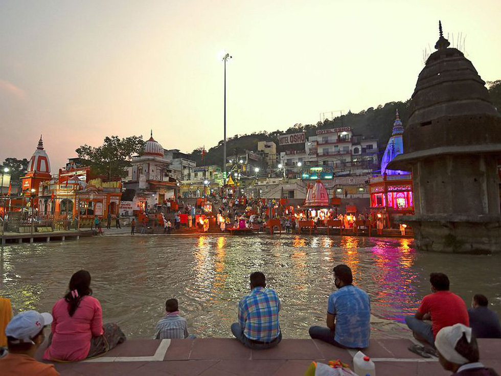 Người Ấn quay lại sông Hằng hành hương khi giãn cách xã hội được nới lỏng - Ảnh 1.