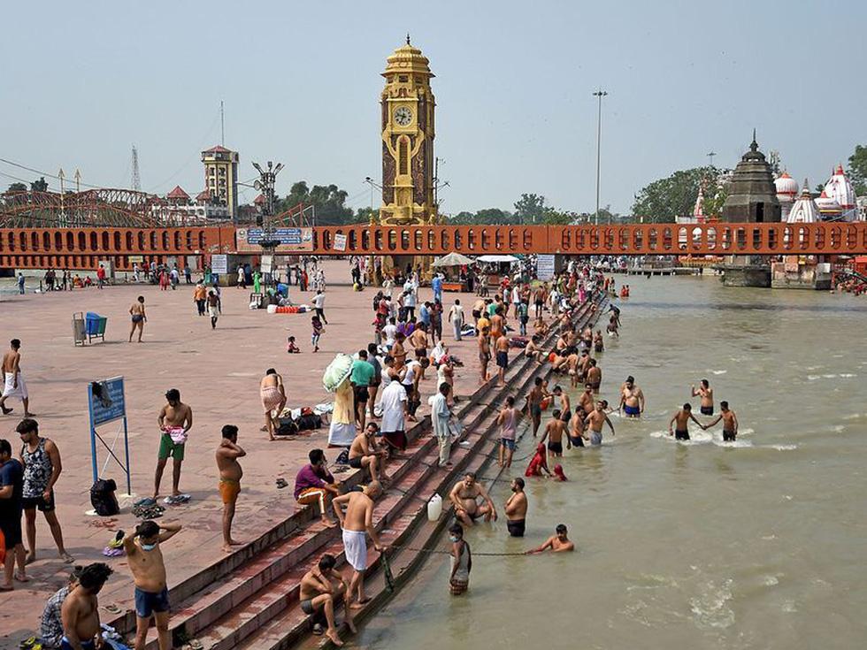 Người Ấn quay lại sông Hằng hành hương khi giãn cách xã hội được nới lỏng - Ảnh 9.
