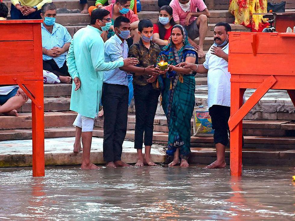 Người Ấn quay lại sông Hằng hành hương khi giãn cách xã hội được nới lỏng - Ảnh 8.