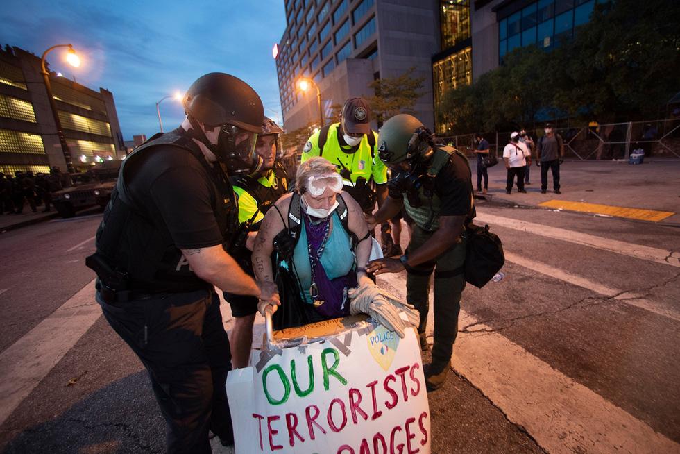 Căng thẳng leo thang ở New York khi người biểu tình bất chấp giới nghiêm - Ảnh 4.
