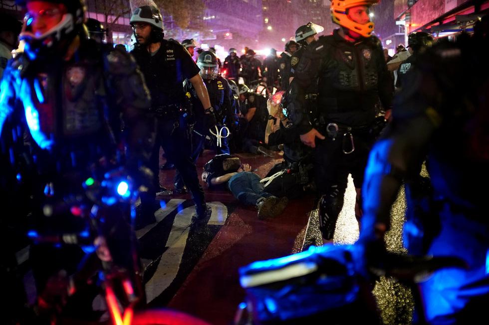 Căng thẳng leo thang ở New York khi người biểu tình bất chấp giới nghiêm - Ảnh 1.