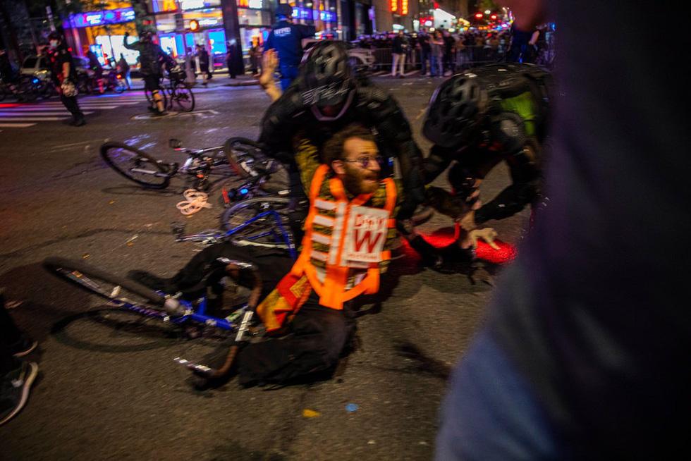 Căng thẳng leo thang ở New York khi người biểu tình bất chấp giới nghiêm - Ảnh 3.
