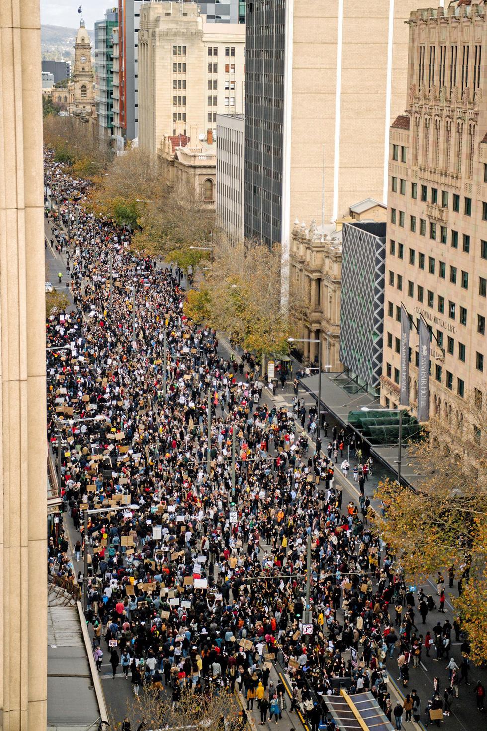 Bất chấp nguy cơ dịch lây lan, biểu tình vẫn lan rộng ở Mỹ và nhiều nước - Ảnh 12.