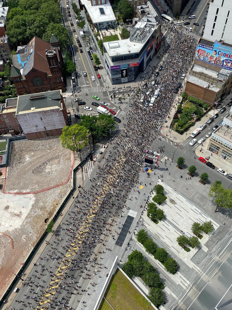 Bất chấp nguy cơ dịch lây lan, biểu tình vẫn lan rộng ở Mỹ và nhiều nước - Ảnh 4.