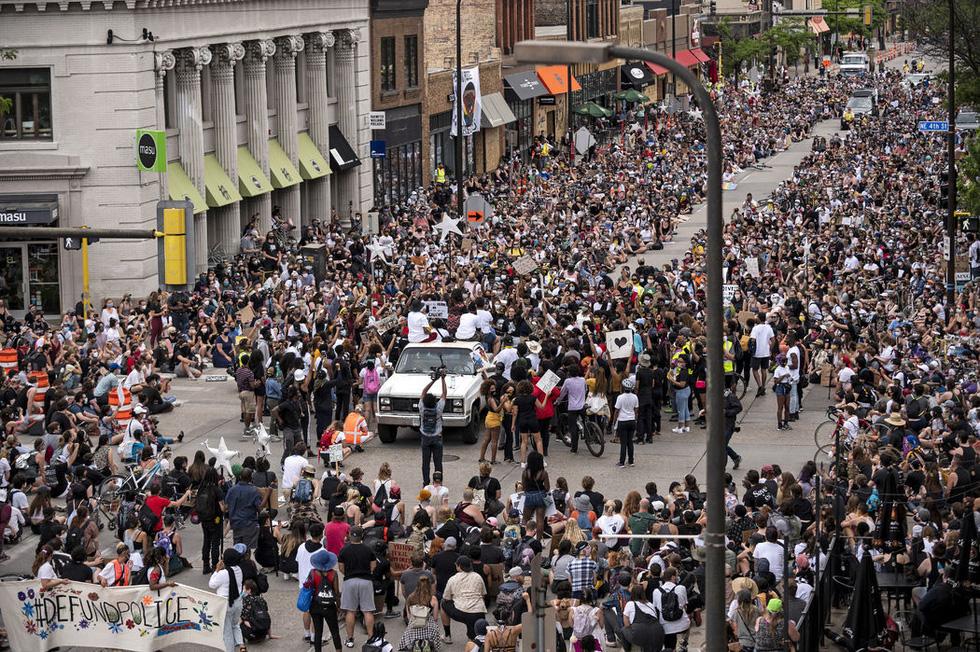 Bất chấp nguy cơ dịch lây lan, biểu tình vẫn lan rộng ở Mỹ và nhiều nước - Ảnh 5.