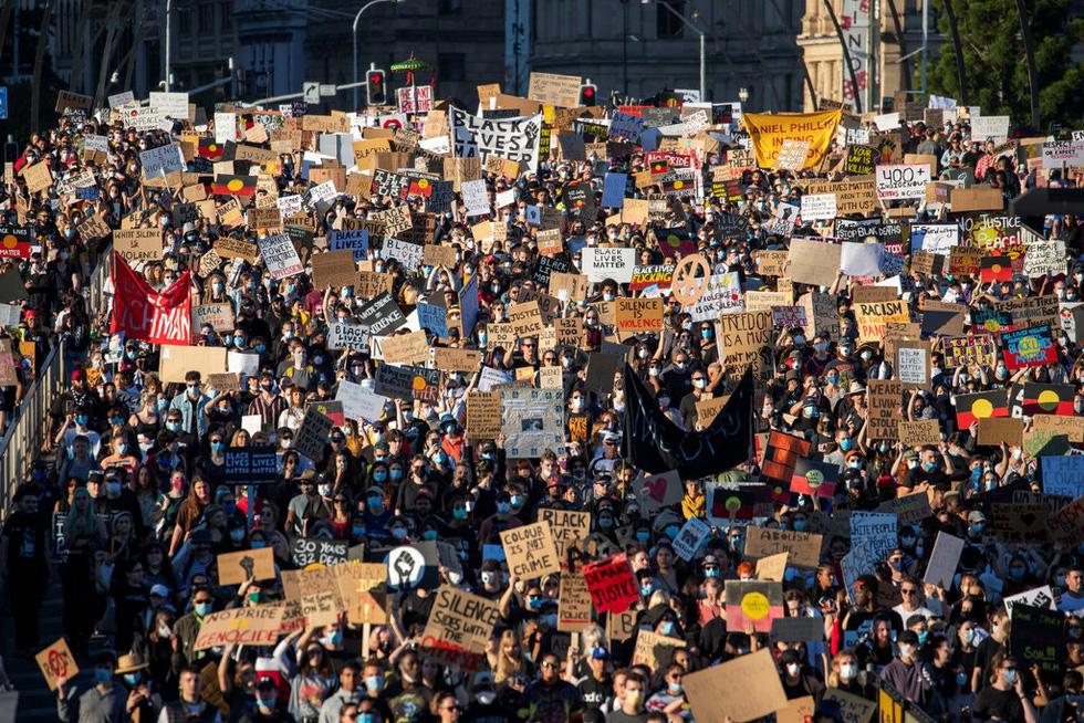 Bất chấp nguy cơ dịch lây lan, biểu tình vẫn lan rộng ở Mỹ và nhiều nước - Ảnh 1.