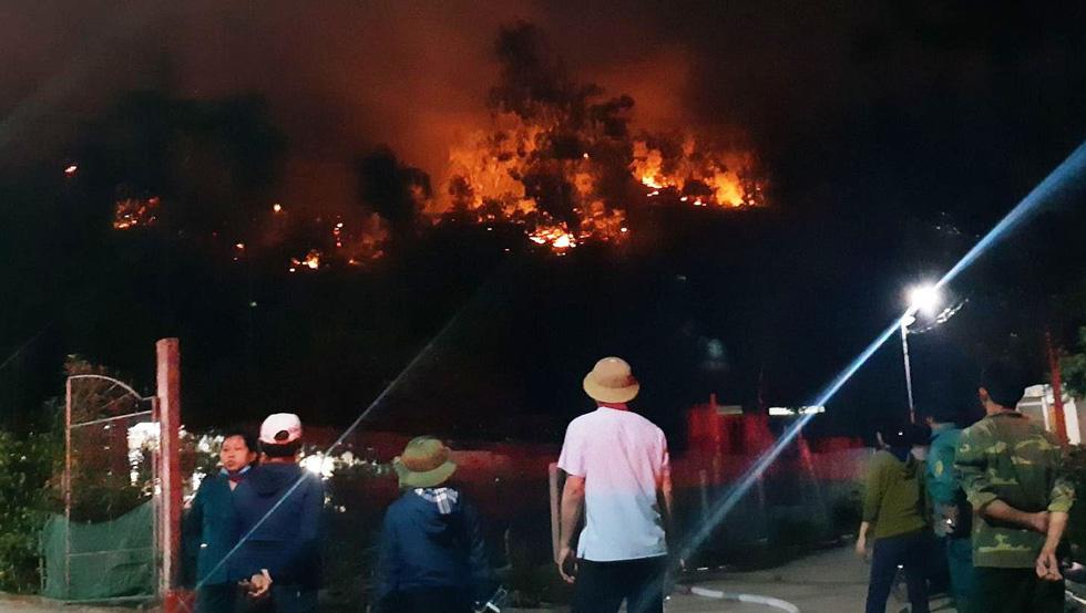 Sau Nghệ An, rừng ở Hà Tĩnh lại đang cháy ngùn ngụt trong đêm - Ảnh 3.