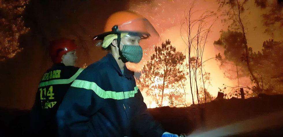Sau Nghệ An, rừng ở Hà Tĩnh lại đang cháy ngùn ngụt trong đêm - Ảnh 4.