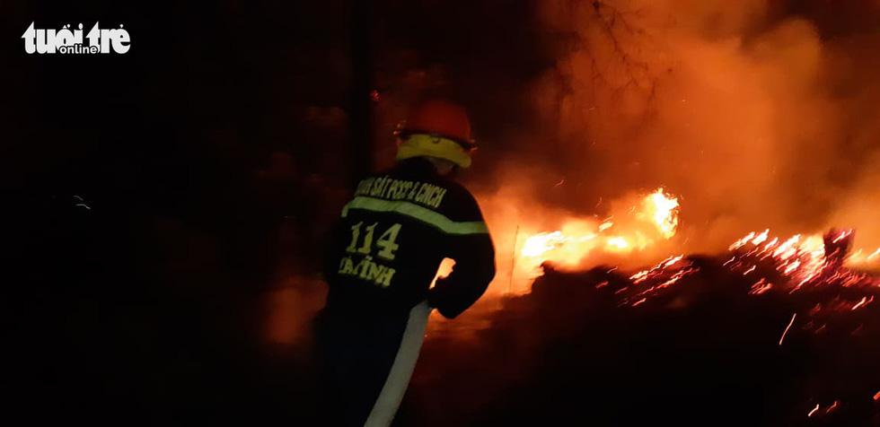 Lao mình vào lửa dữ cứu rừng xuyên đêm  - Ảnh 1.