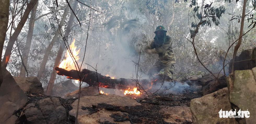 Lao mình vào lửa dữ cứu rừng xuyên đêm  - Ảnh 3.