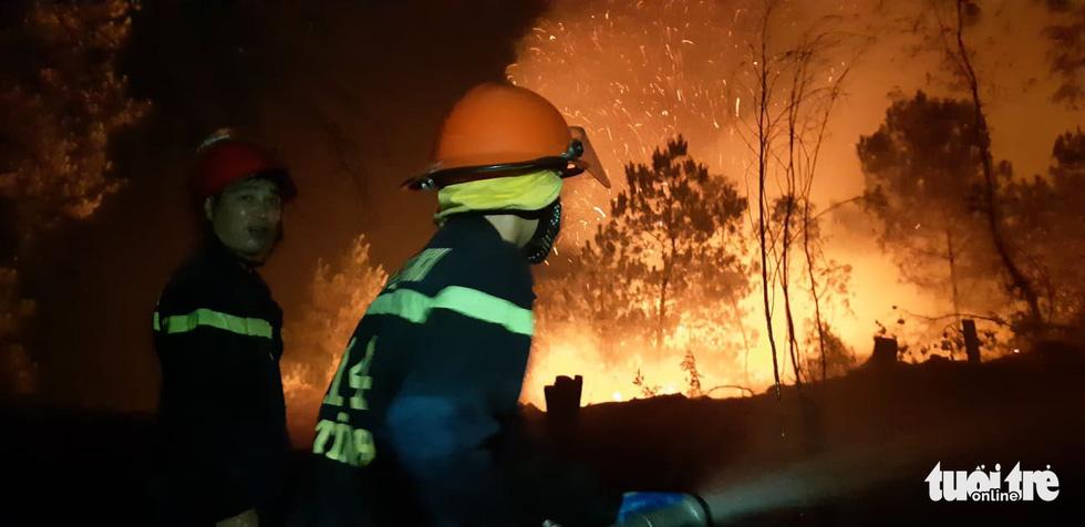 Lao mình vào lửa dữ cứu rừng xuyên đêm  - Ảnh 12.