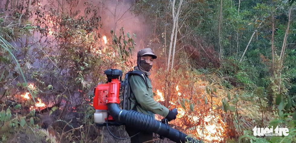 Lao mình vào lửa dữ cứu rừng xuyên đêm  - Ảnh 5.