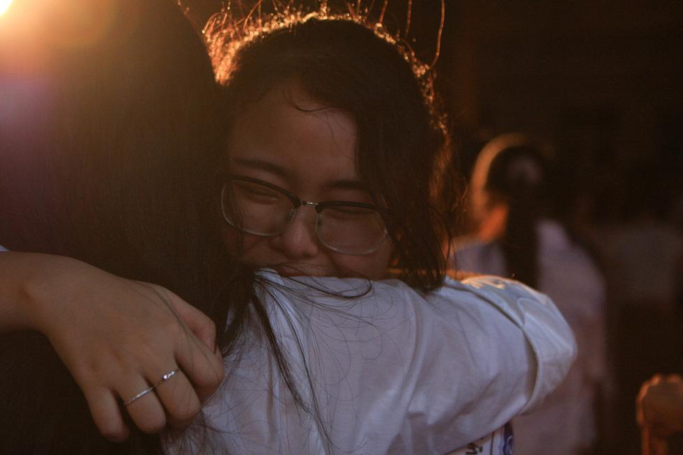 Chia tay tuổi học trò với nụ cười, nước mắt, những cái ôm và lời gan ruột của hiệu trưởng - Ảnh 7.