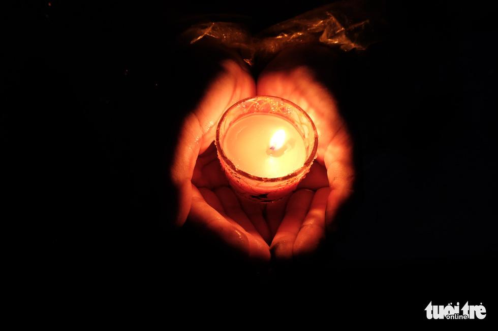 Ngọn nến tri ân vẫn sáng lên ấm áp dưới cơn mưa Vị Xuyên - Ảnh 4.