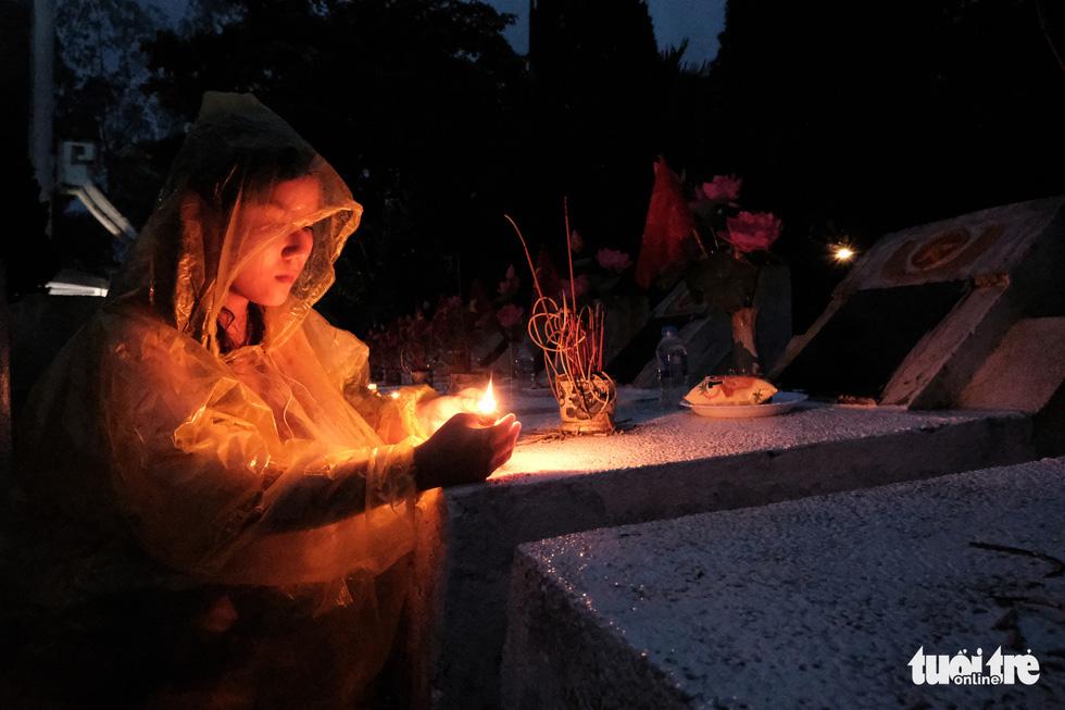 Ngọn nến tri ân vẫn sáng lên ấm áp dưới cơn mưa Vị Xuyên - Ảnh 6.