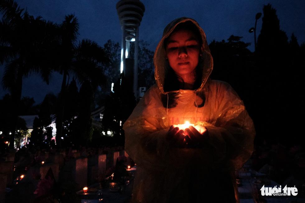 Ngọn nến tri ân vẫn sáng lên ấm áp dưới cơn mưa Vị Xuyên - Ảnh 5.