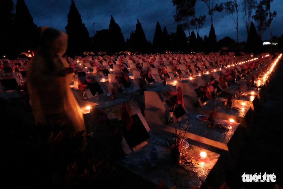 Ngọn nến tri ân vẫn sáng lên ấm áp dưới cơn mưa Vị Xuyên - Ảnh 3.