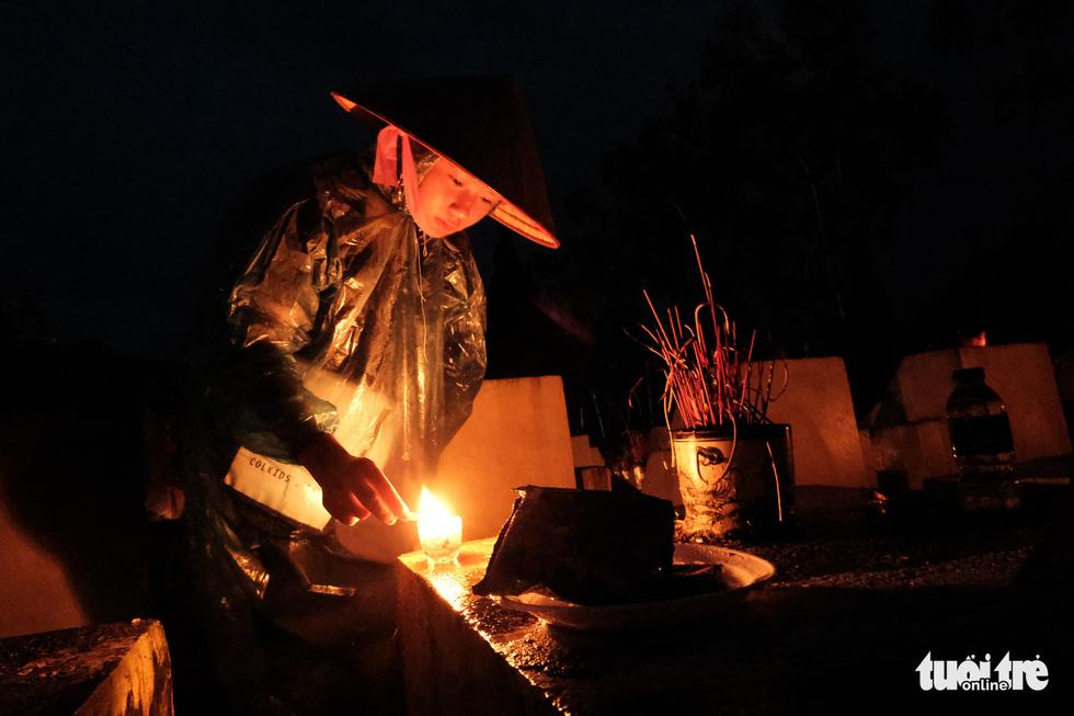 Ngọn nến tri ân vẫn sáng lên ấm áp dưới cơn mưa Vị Xuyên - Ảnh 1.