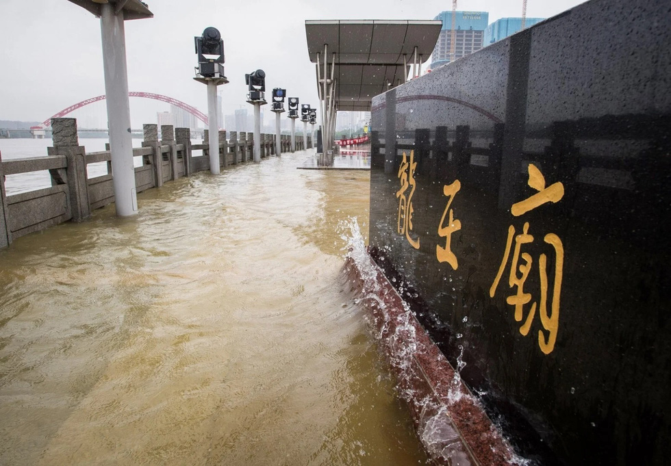 Hình ảnh lũ lụt nhấn chìm hai bờ sông Dương Tử - Ảnh 7.
