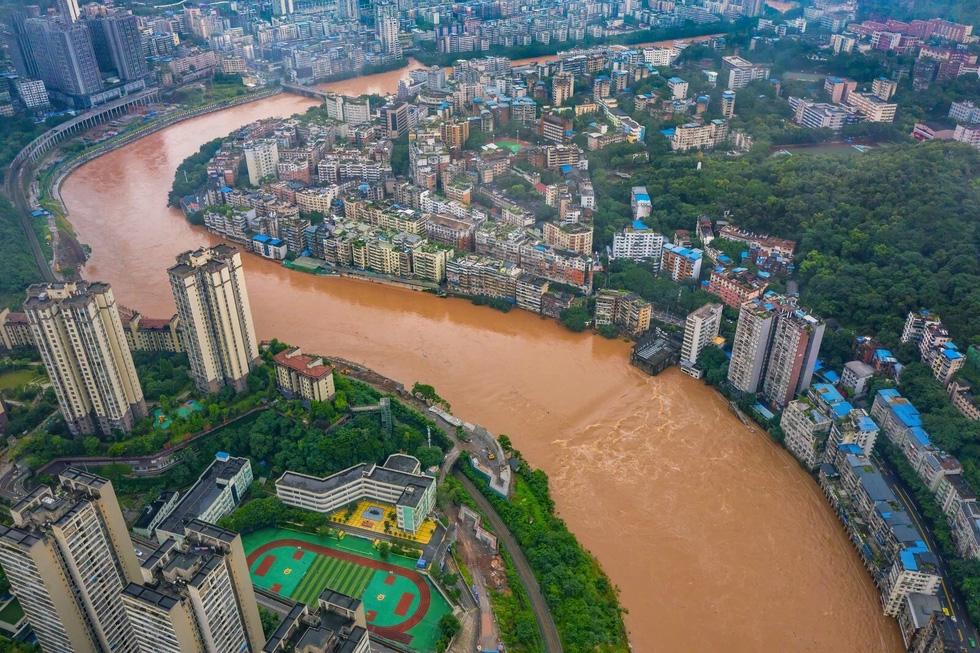 Hình ảnh lũ lụt nhấn chìm hai bờ sông Dương Tử - Ảnh 2.