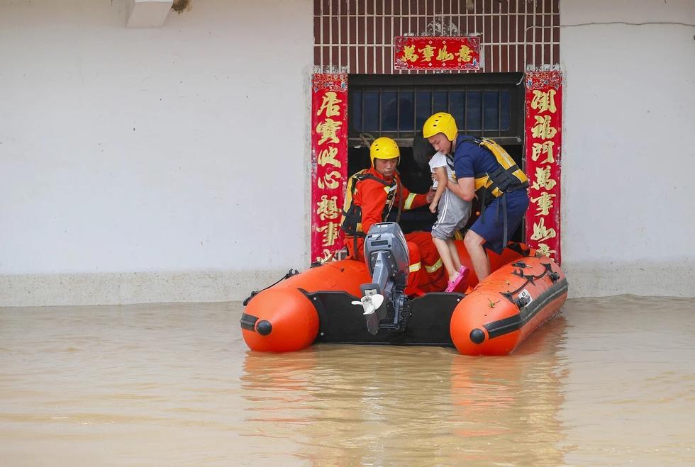Hình ảnh lũ lụt nhấn chìm hai bờ sông Dương Tử - Ảnh 6.