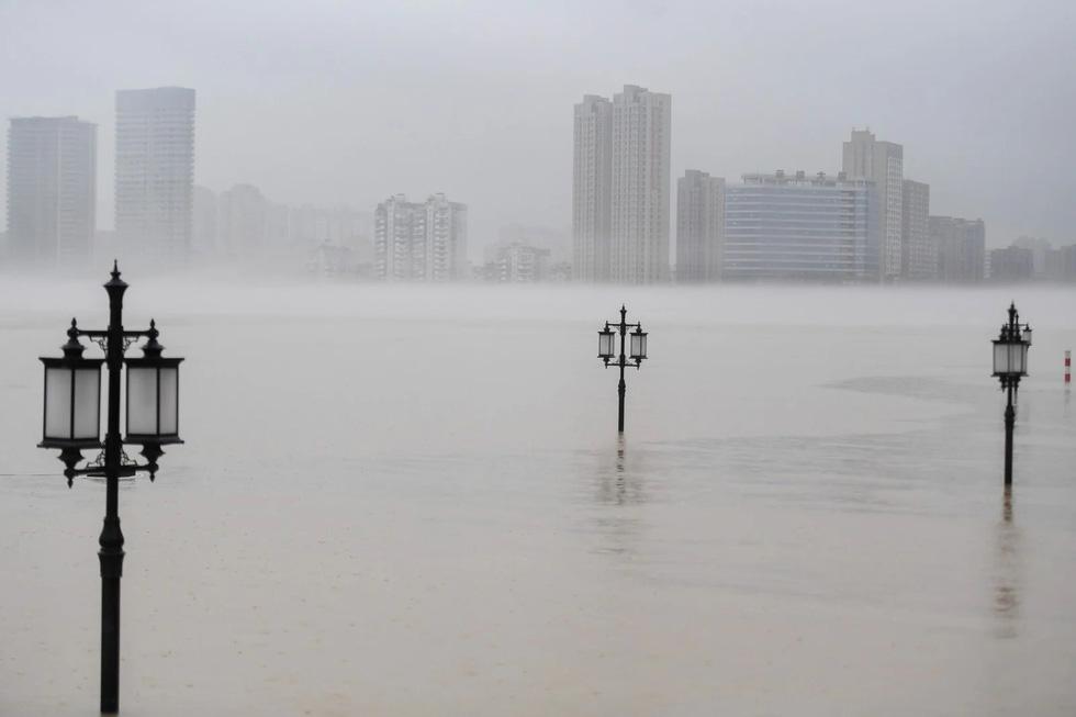 Hình ảnh lũ lụt nhấn chìm hai bờ sông Dương Tử - Ảnh 5.