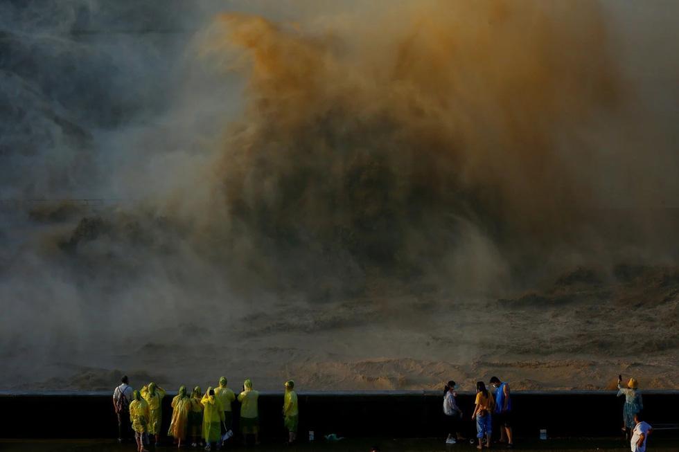 Hình ảnh lũ lụt nhấn chìm hai bờ sông Dương Tử - Ảnh 3.