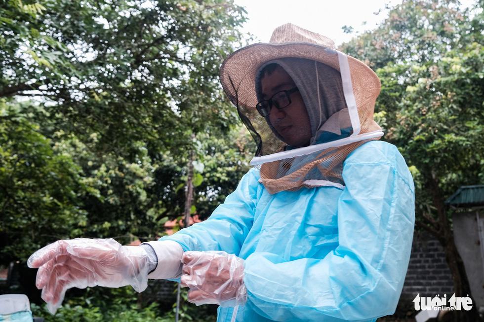 Một ngày theo chân gia đình gần 30 năm nuôi ong lấy mật - Ảnh 2.