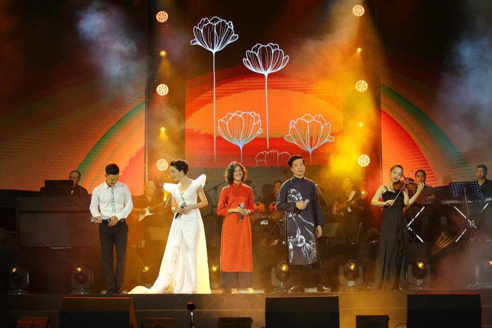 Cánh vạc Kinh Bắc: Hát nhạc Trịnh cho hàng chục ngàn khán giả Bắc Ninh - Ảnh 1.
