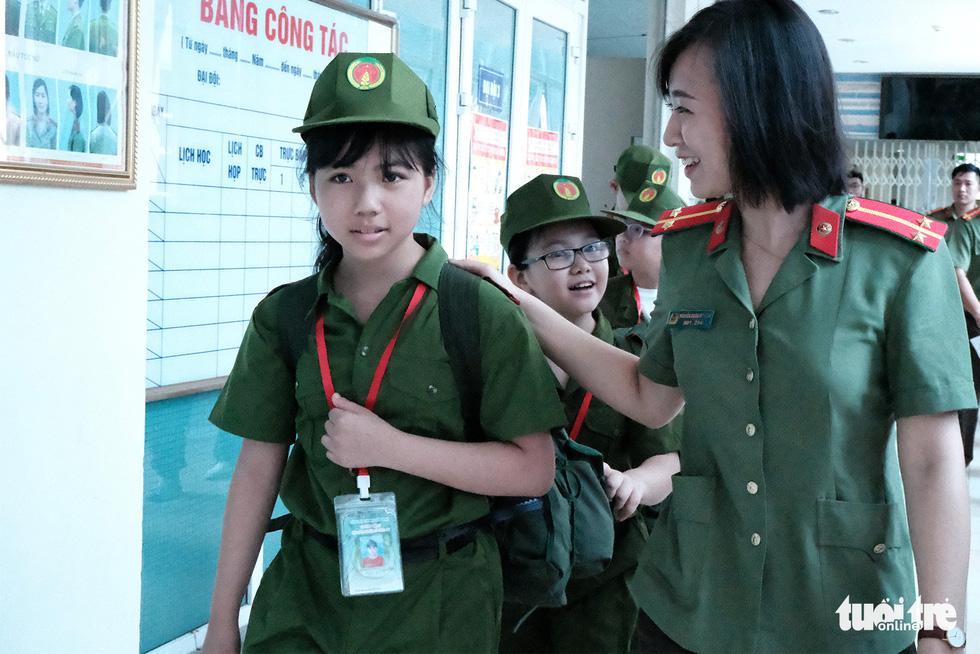 Hơn 100 bạn nhỏ học làm chiến sĩ công an - Ảnh 1.