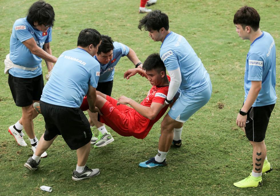 Cầu thủ U22 Việt Nam đuối sức, liên tục nằm sân ở trận đấu tập chiều 2-7 - Ảnh 5.