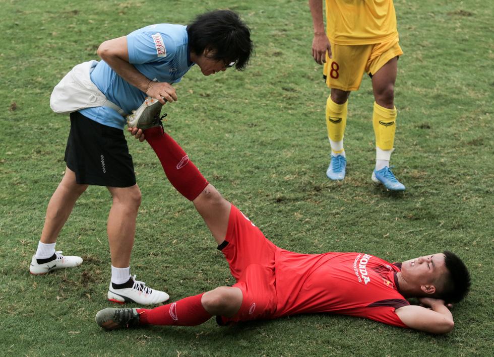 Cầu thủ U22 Việt Nam đuối sức, liên tục nằm sân ở trận đấu tập chiều 2-7 - Ảnh 4.
