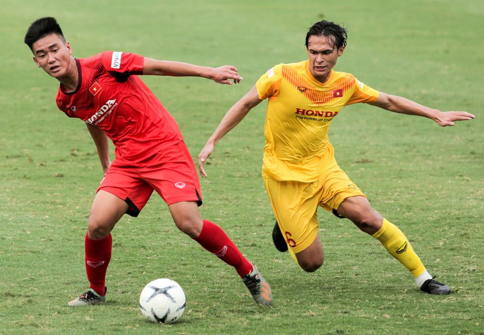 Cầu thủ U22 Việt Nam đuối sức, liên tục nằm sân ở trận đấu tập chiều 2-7 - Ảnh 1.
