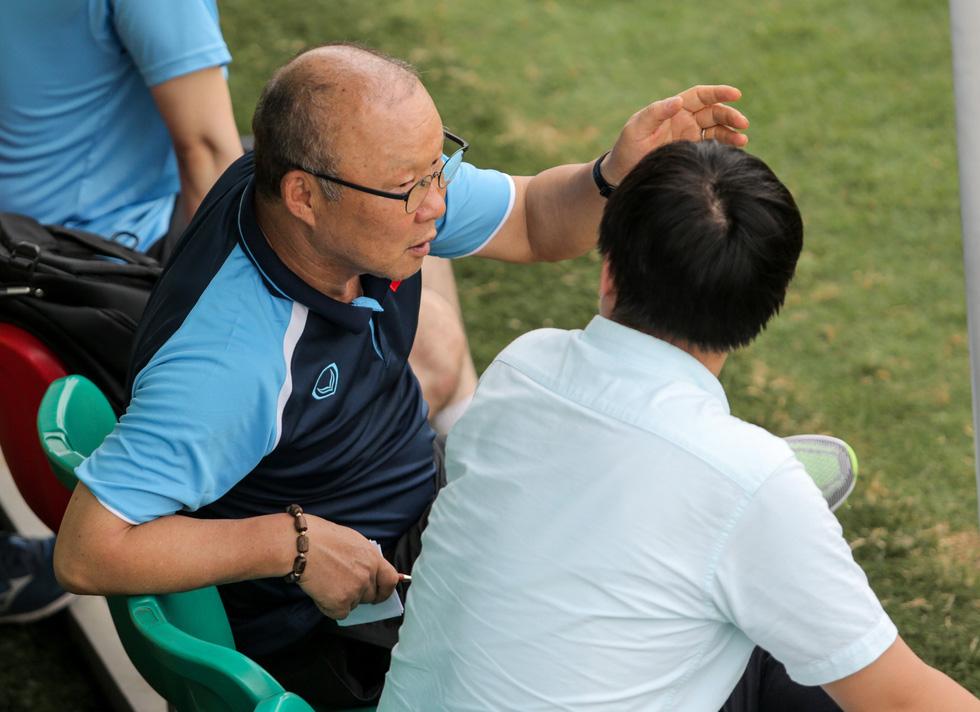 Cầu thủ U22 Việt Nam đuối sức, liên tục nằm sân ở trận đấu tập chiều 2-7 - Ảnh 7.