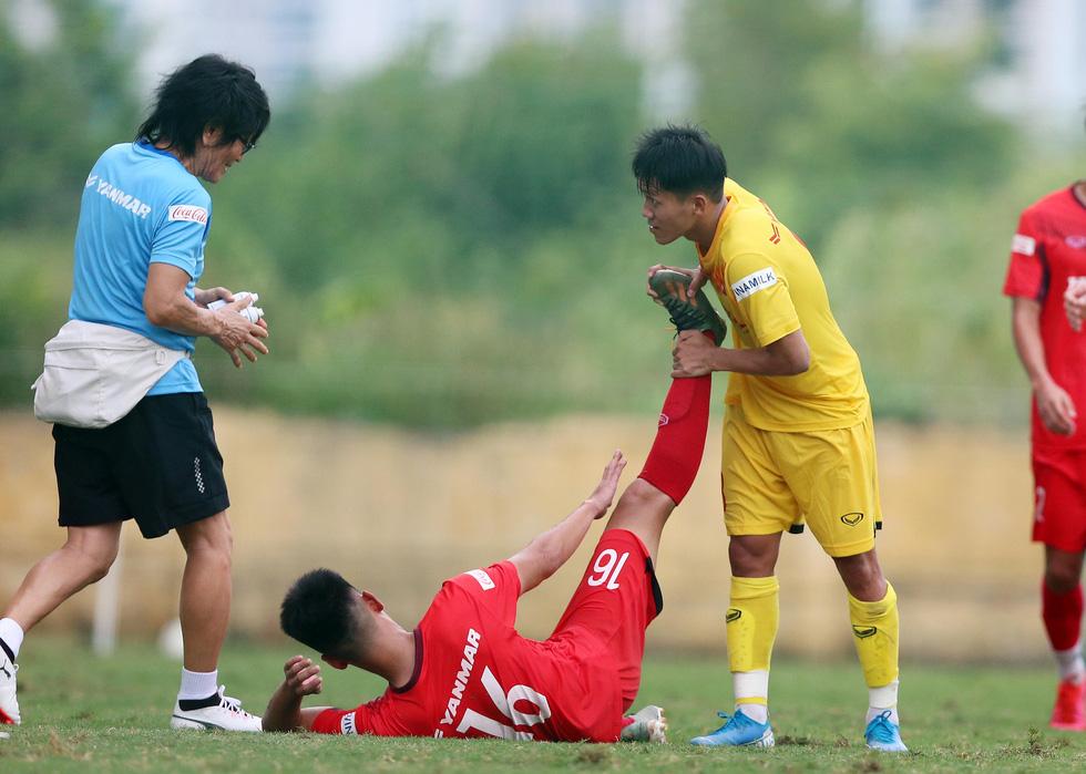 Cầu thủ U22 Việt Nam đuối sức, liên tục nằm sân ở trận đấu tập chiều 2-7 - Ảnh 3.