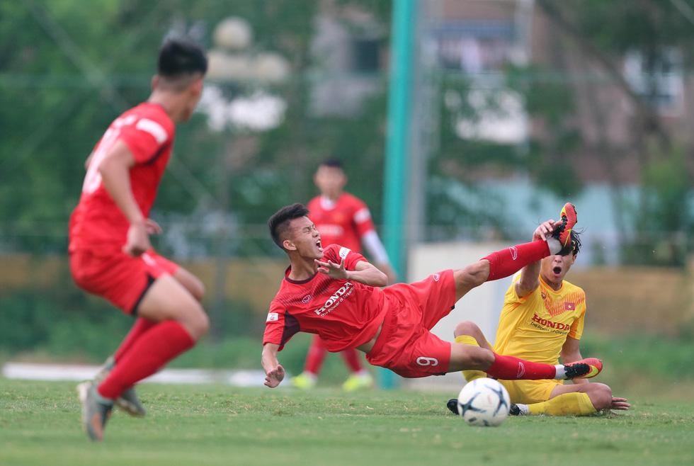 Cầu thủ U22 Việt Nam đuối sức, liên tục nằm sân ở trận đấu tập chiều 2-7 - Ảnh 2.