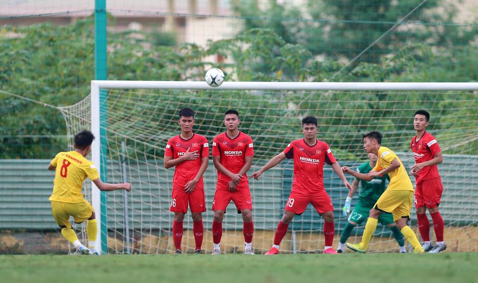 Cầu thủ U22 Việt Nam đuối sức, liên tục nằm sân ở trận đấu tập chiều 2-7 - Ảnh 8.