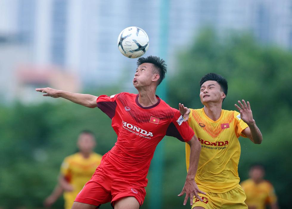 Cầu thủ U22 Việt Nam đuối sức, liên tục nằm sân ở trận đấu tập chiều 2-7 - Ảnh 9.
