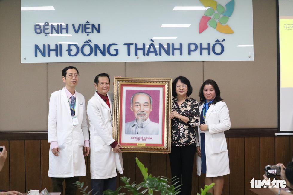 Phó chủ tịch nước thăm hai bé Trúc Nhi - Diệu Nhi: Đây là một ca phẫu thuật rất thần kỳ - Ảnh 4.