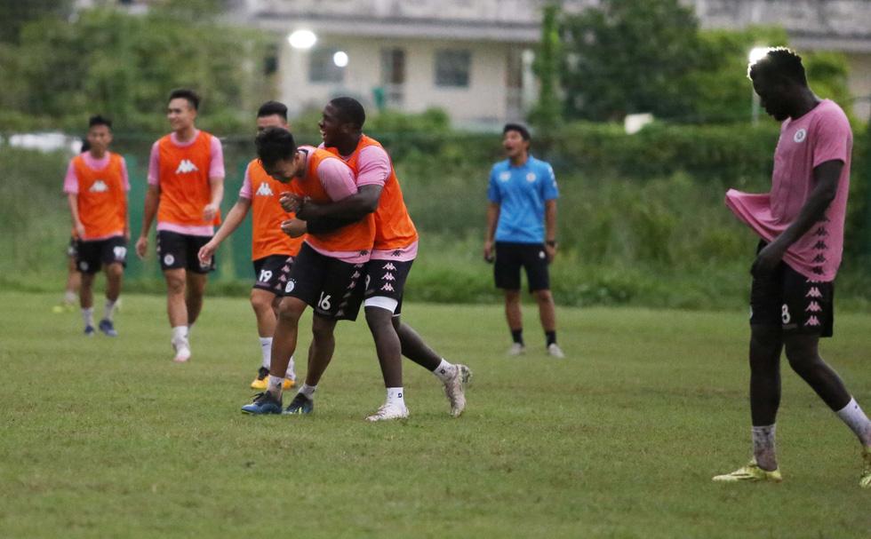 Bộ đôi vô địch AFF Cup 2008 Tấn Tài - Thành Lương tái hợp trong buổi tập ở TP.HCM - Ảnh 7.