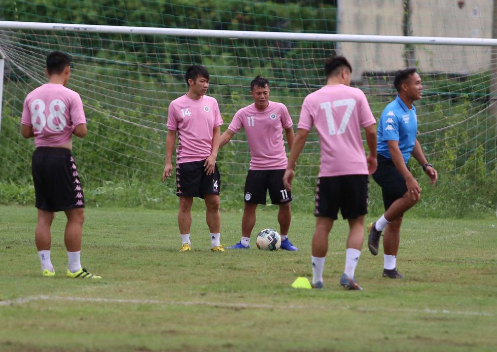 Bộ đôi vô địch AFF Cup 2008 Tấn Tài - Thành Lương tái hợp trong buổi tập ở TP.HCM - Ảnh 3.