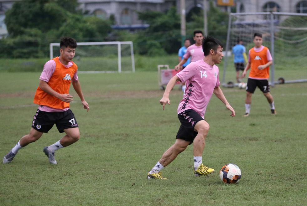 Bộ đôi vô địch AFF Cup 2008 Tấn Tài - Thành Lương tái hợp trong buổi tập ở TP.HCM - Ảnh 4.