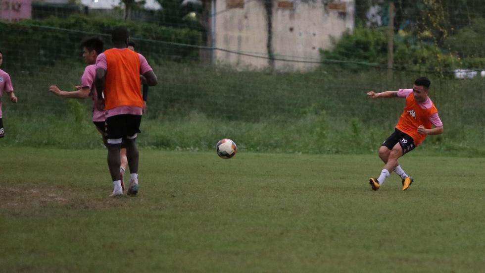 Bộ đôi vô địch AFF Cup 2008 Tấn Tài - Thành Lương tái hợp trong buổi tập ở TP.HCM - Ảnh 8.