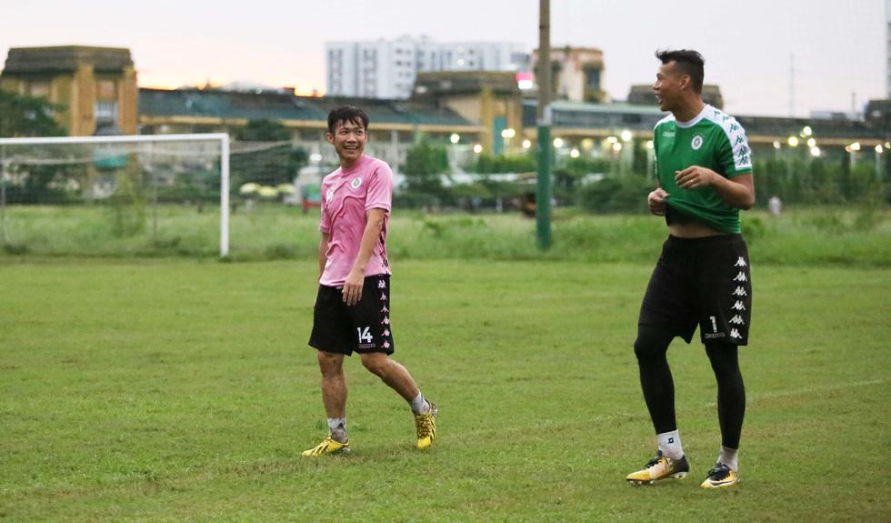 Bộ đôi vô địch AFF Cup 2008 Tấn Tài - Thành Lương tái hợp trong buổi tập ở TP.HCM - Ảnh 5.